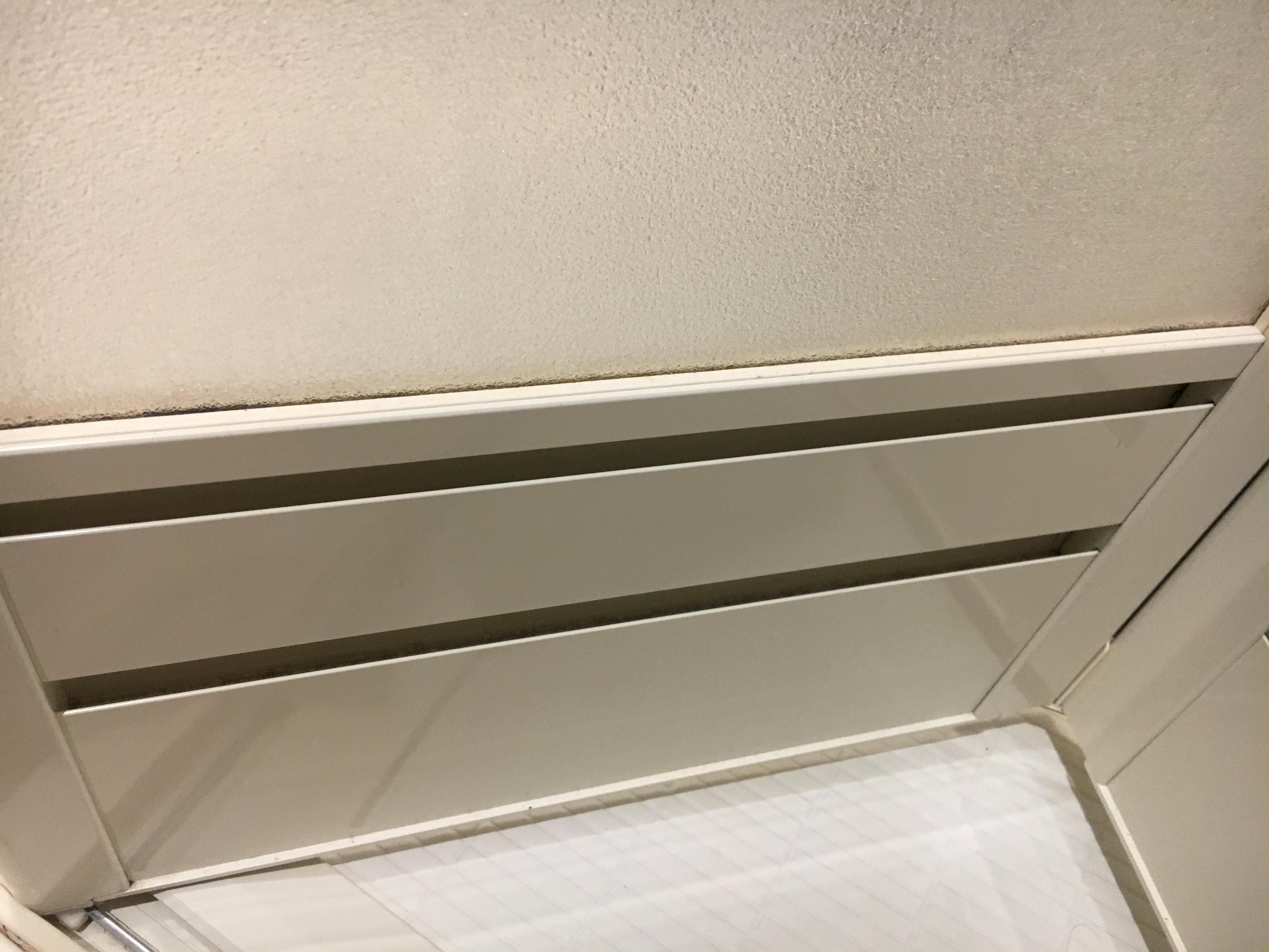 浴室ドアの換気口を掃除!カビは○○○液湿布でスッキリ!